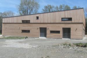 menuiserie-alu-gris-maison à ossature bois-architecte Monique ANDRIEUX à Bort les Orgues