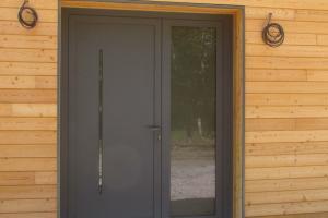 porte entrée-alu-gris-maison à ossature bois-architecte Monique ANDRIEUX à Bort les Orgues